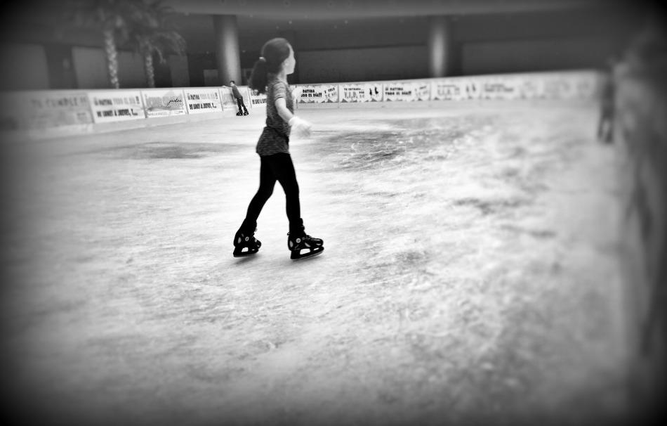 niña patinando 2 con firma